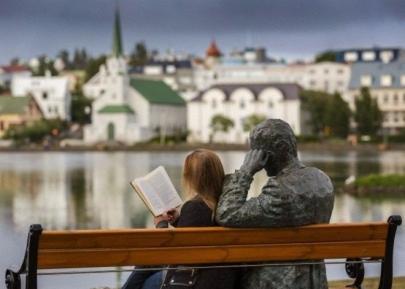 Mujer leyendo en Islandia