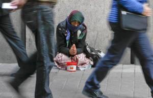 una-mujer-pide-dinero-en-el-centro-de-helsinki-en-2008-reuters