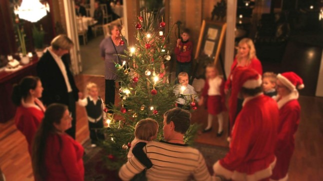 El-momento-en-el-que-la-familia-canta-alrededor-del-arbol-es-uno-de-los-mas-emocionantes-de-la